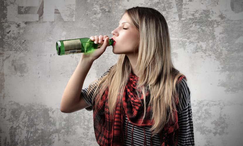 девушка пила пиво