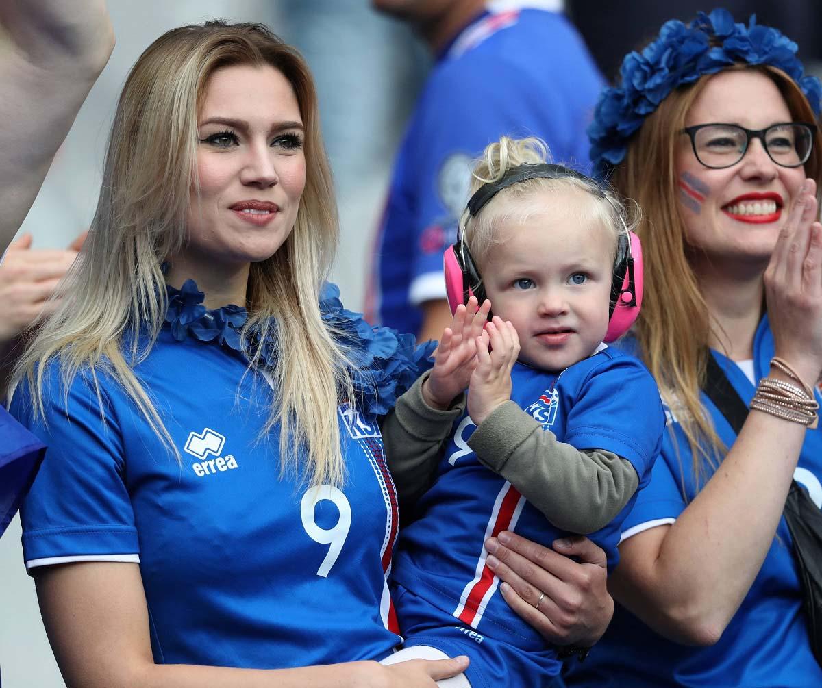 Счастливые болельщицы сборной Исландии